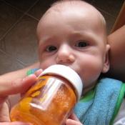krmení z lahvičky je bezpečnější