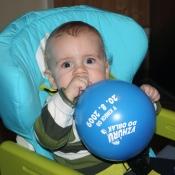 společně nafukujeme balónky