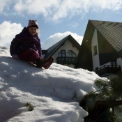 Milča lezla opravdu na kdejakou hroudu sněhu