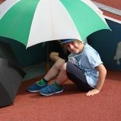 deštník nás chrání, před deštěm ale ne :)