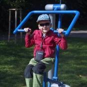 Posilovací stroj na fitness hřišti.