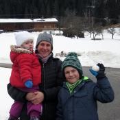 S mamkou a Johankou, v pozadí naše chalupa s menším kravínem :-)