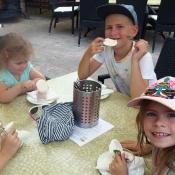 Na zmrzlince s holkami